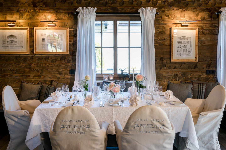 Alm Chalet Suite gedeckter Tisch für Feier zartrosafarben Stühle mit Relais Chalet Wilhelmy