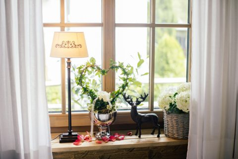 Dekoriertes Fenster Alm Chalet mit Efeuherz Relais Chalet Wilhelmy
