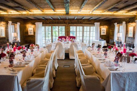Alm Chalet Tagungsraum Festsaal mit Dekoration und Tischgedecken in Uform