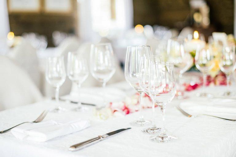 Gläser auf weiß gedecktem Tisch Alm Chalet