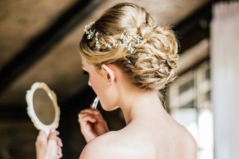 Braut in der Alm Chalet Suite für Get ready am Hochzeitsmorgen im Relais Chalet Wilhelmy