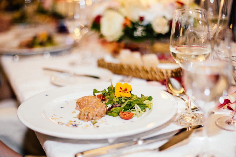 Kulinarik Relais Chalet Wilhelmy mit Blüten für feierliches Festmahl
