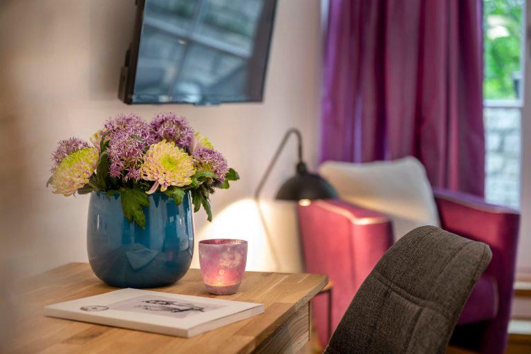 arbeitsplatz mit blumenstrauss naturdoppelzimmer relais chalet wilhelmy