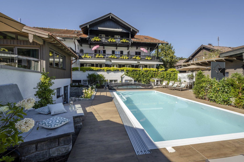 Außenansicht mit Pool des Relais Chalet Wilhelmy im Sommer