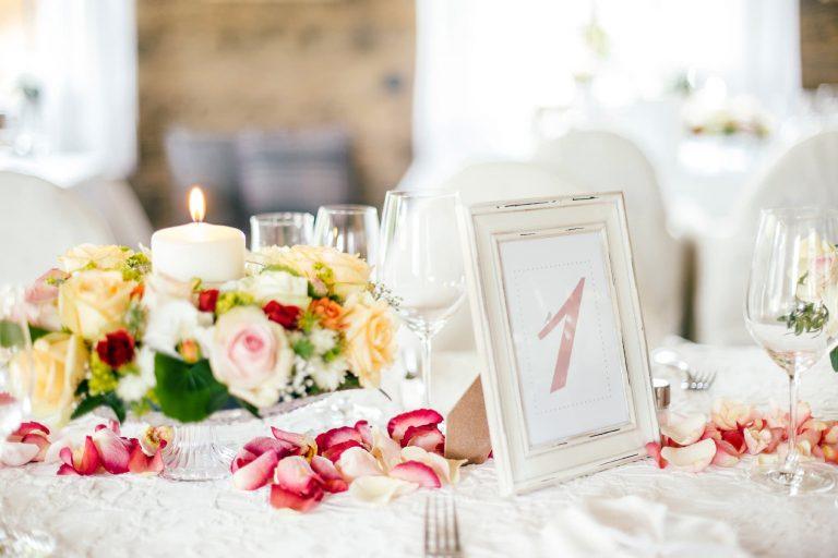 Blumen und Kerzen gedeckter Tisch mit Tischnummer im Relais Chalet Wilhelmy
