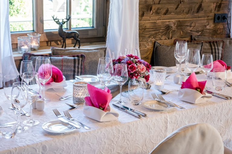 Feierlicher Tisch in pink im Relais Chalet Wilhelmy