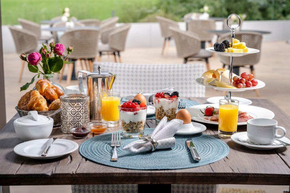 Frühstück auf der Sonnenterrasse im Relais Chalet Wilhelmy