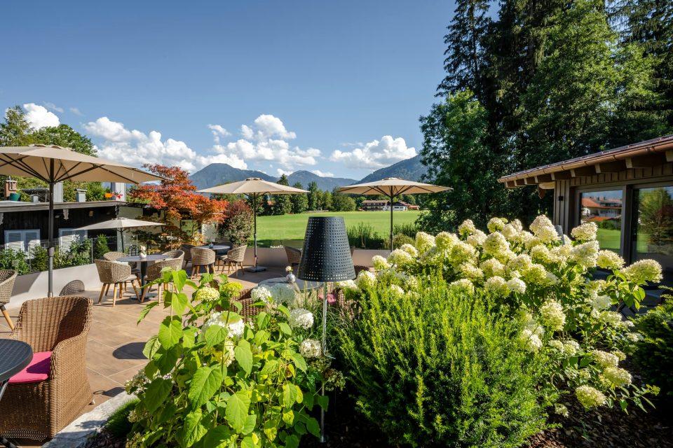 Garten mit Ausblick im Sommer im Relais Chalet Wilhelmy