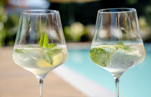 erfrischende drinks poolrand relais chalet wilhelmy