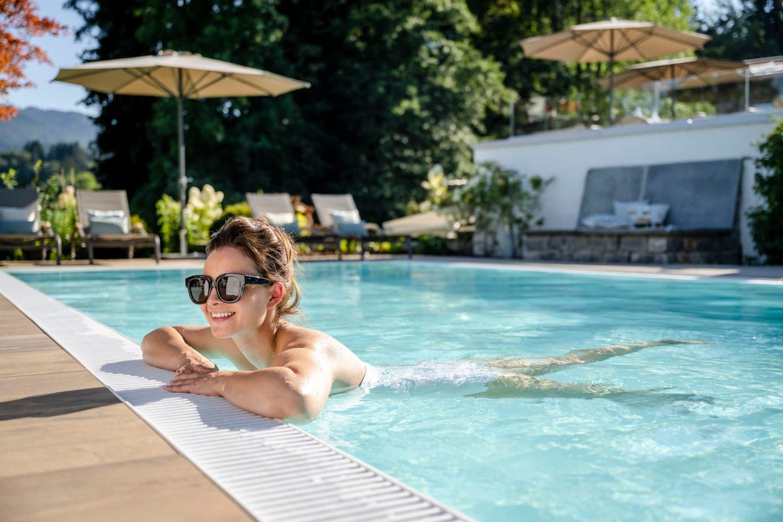 Schwimmen im erfrischenden Pool Relais Chalet Wilhelmy