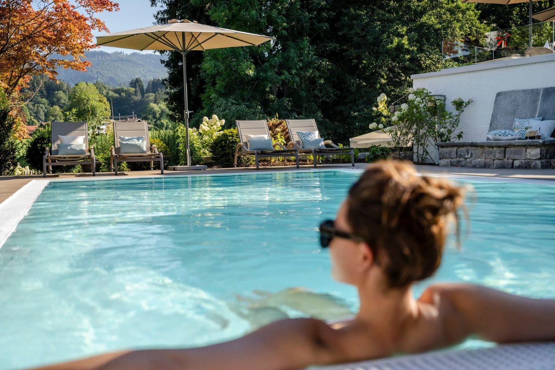 relaxen am pool und aussicht genießen relais chalet wilhelmy