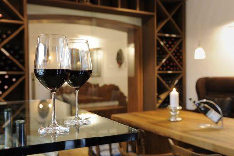 Weingläser in der Weinerei Relais Chalet Wilhelmy