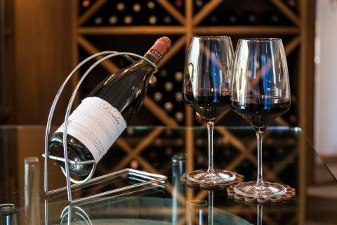 Weinflasche und Gläser in der Weinerei des Relais Chalet Wilhelmy