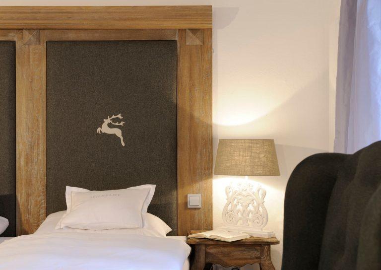 Junior Suite Bett rechte Seite mit Nachttisch Relais Chalet Wilhelmy