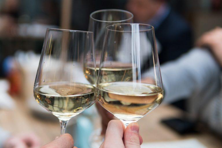 Anstoßen Weingläser Feiern im Relais Chalet Wilhelm